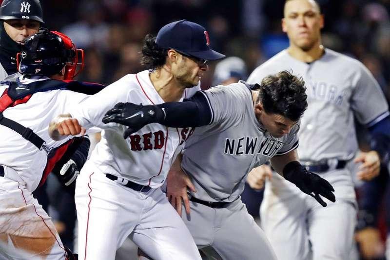 紅襪投手凱利(左)與洋基奧斯丁(右),因為故意觸身球打了起來。(美聯社)