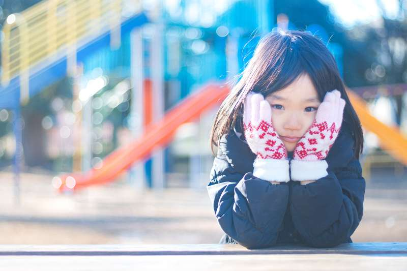 拒學通常是短暫現象,卻是孩童遭遇困難表徵,家長不可輕忽,需及時處理。(示意圖/ジユン@pakutaso)