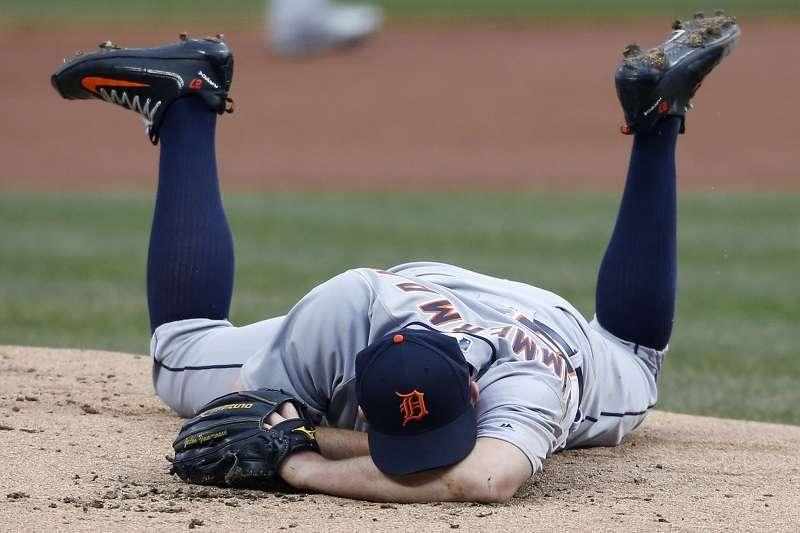 老虎席摩曼遭強襲球擊中,痛苦倒地。 (美聯社)
