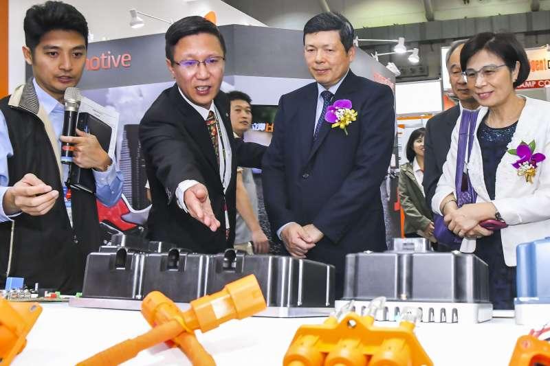 2018年汽機車零配件五聯展 開幕典禮嘉賓參觀展場。(圖/外貿協會提供)
