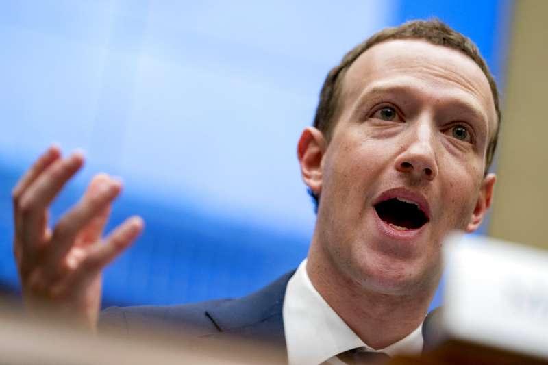 Facebook創辦人祖克柏在過去2天進白宮國會聽證,成為科技業最大新聞議題之一。在他看似平淡、信心滿滿的辯答之下,其實也透露出他試圖隱藏些什麼。(美聯社)