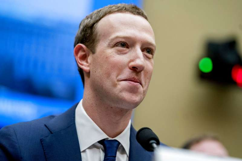 臉書將把台灣在內的全球15億用戶個資隱私管轄權,從愛爾蘭轉移至美國,恐影響用戶隱私權。圖為11日在眾議院聽證會作證的臉書執行長祖克柏。(美聯社)