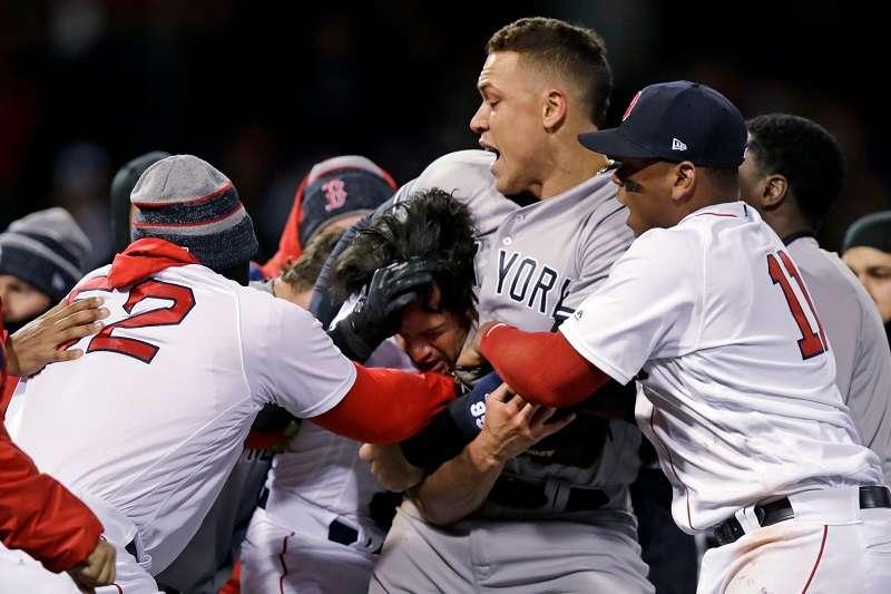 洋基與紅襪世仇之戰兩度發生衝突,場面相當火爆。 (美聯社)