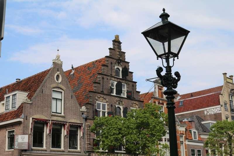 在荷蘭,房價高、空屋又多,因此許多人便去「攻佔」這些沒人的空屋,這一切居然是合法的。(圖/截自pixabay)