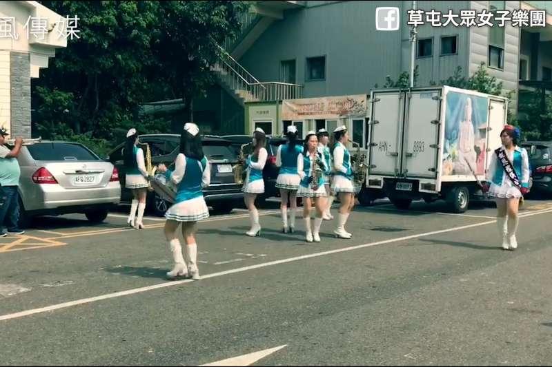 在葬禮吹奏嗨歌?女子樂團送葬時演奏「離開地球表面」,連原唱阿信都來按讚!