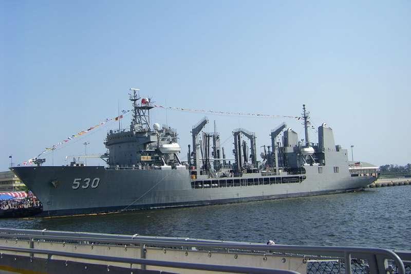 高雄左營外海的151艦隊武夷艦上,胡姓士兵在中午12時左右落海失蹤,海軍已編成專案小組搜救。(取自維基百科,阿文攝/CC BY 3.0)