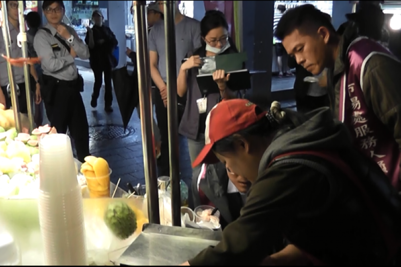 台北市市場處已連續至士林夜市稽查多日,也呼籲現切水果業者勿投機取巧方式謀取不合理利潤。( 台北市市場處提供)