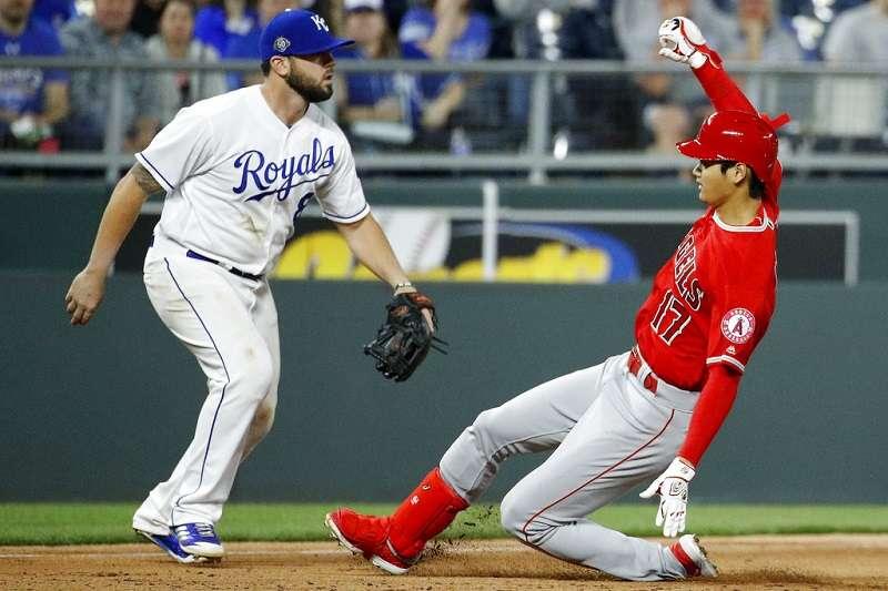 天使大谷(右)對皇家7局上,掃出生涯第一支三壘安,並帶有3分打點。(美聯社)