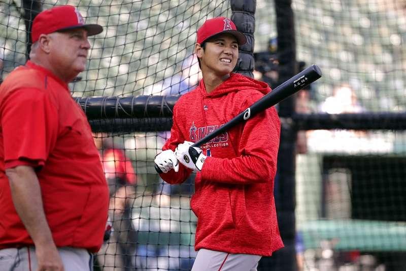 天使大谷希望能多上場,總教練索薩(左)要再看看。(美聯社)
