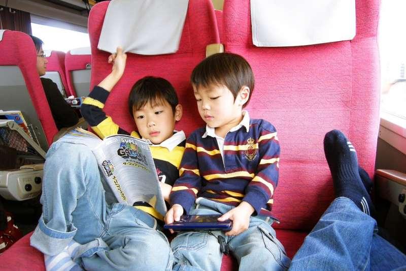 親子共讀在孩子成長過程中,對於大腦發育、語言發展及增進理解能力等皆具有正面的刺激。(示意圖/yo &@flickr)