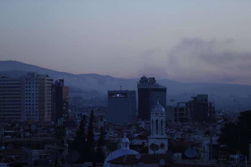 14日凌晨,敘利亞首都大馬士革(Damascus)煙硝不斷。(AP)