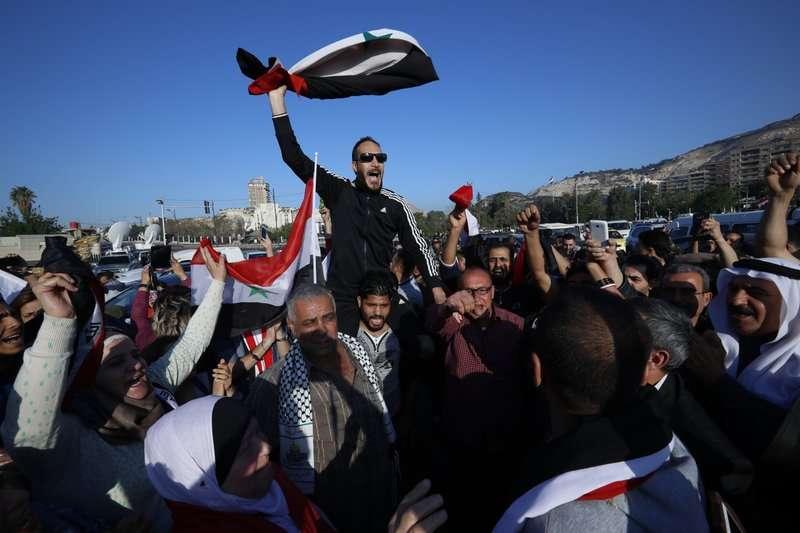 美英法聯合空襲過後,部分敘利亞人民上街示威。(AP)