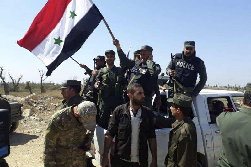 2018年4月,敘利亞警察進入遭化武攻擊的杜馬(Douma)(AP)