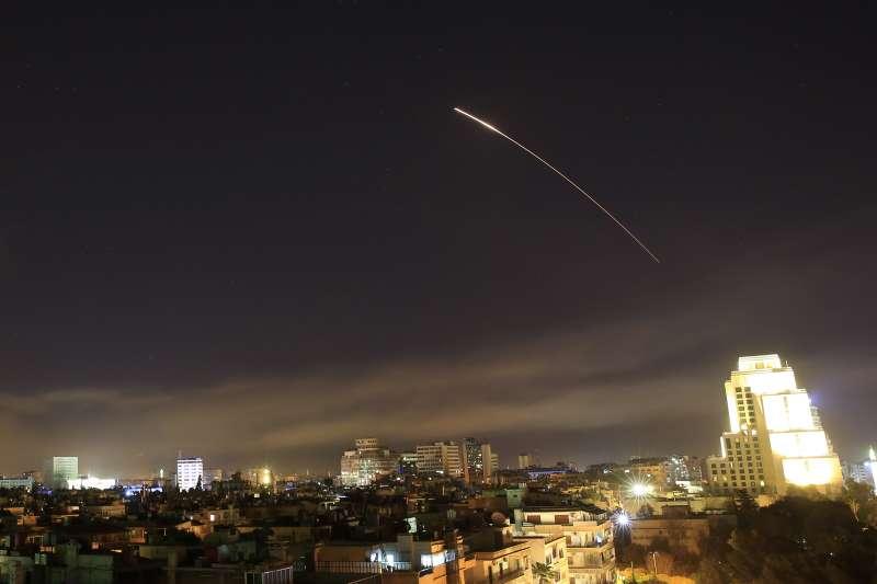 2018年4月13日,美國總統川普下令對敘利亞展開「精準打擊」行動,巡弋飛彈襲擊敘利亞首都大馬士革(AP)