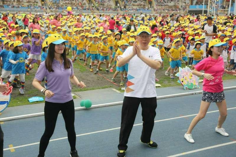 台北市長柯文哲上午出席在台北市田徑場舉行的北市幼兒園幼兒健身操及親子趣味園遊會。(北市府提供)