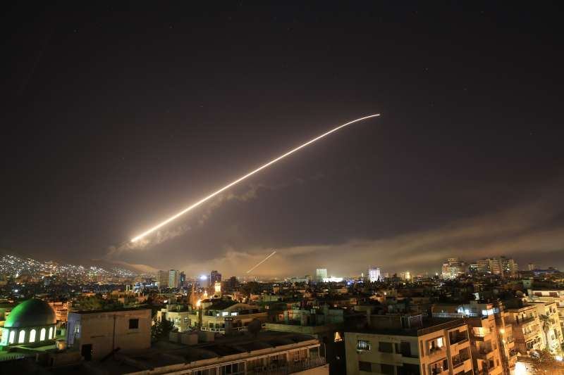 2018年4月13日,美國總統川普下令對敘利亞展開「精準打擊」行動,弋飛彈襲擊敘利亞首都大馬士革(AP)