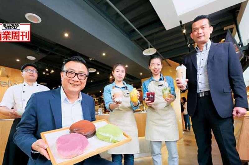 歇腳亭董事長鄭凱隆(左2)說:「台灣茶飲店必須轉型升級!」台北黃金店面靠高價位茶飲和軟法麵包,單日營收破30萬元。(商業週刊提供)