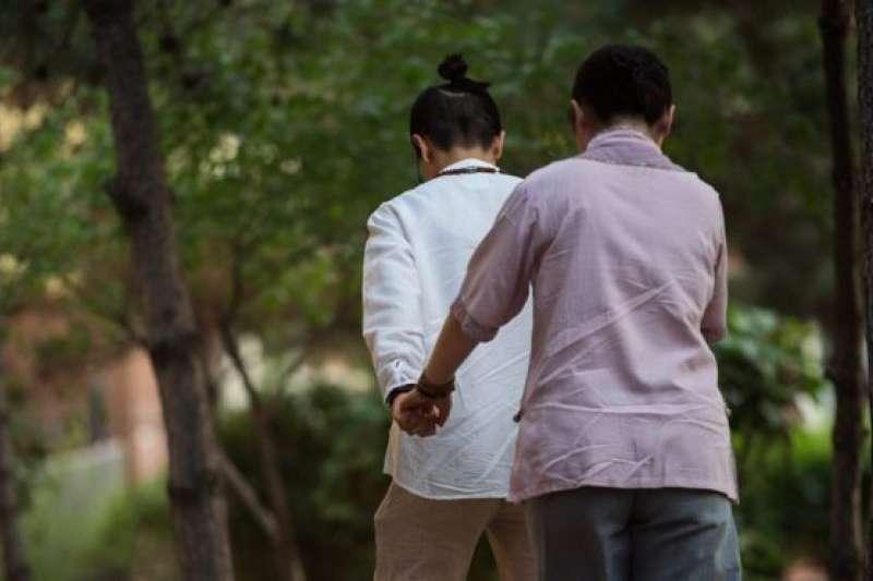 中國的同性戀者在社交媒體上遭遇管控,依據是《網絡安全法》。(BBC中文網)