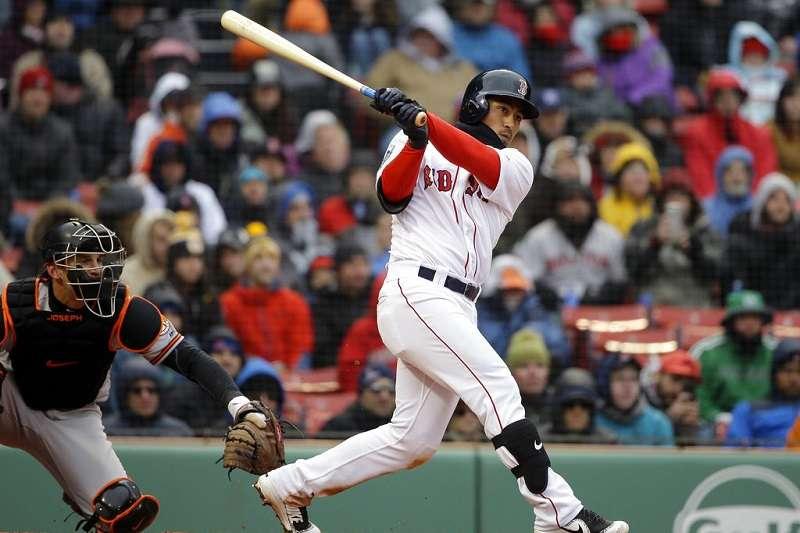 紅襪林子偉(右)棒子火燙,連續三場二安演出穩坐先發游擊手。(美聯社)