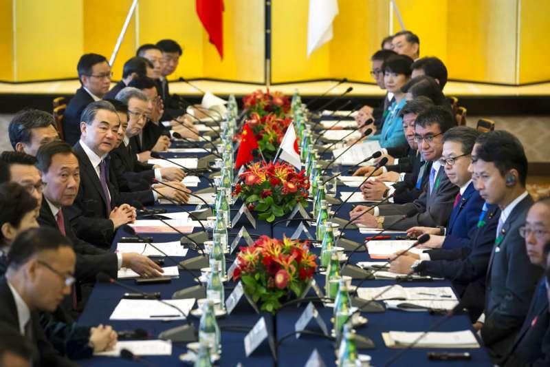 中國外交部長王毅與日本外務大臣河野太郎舉行會談。(美聯社)