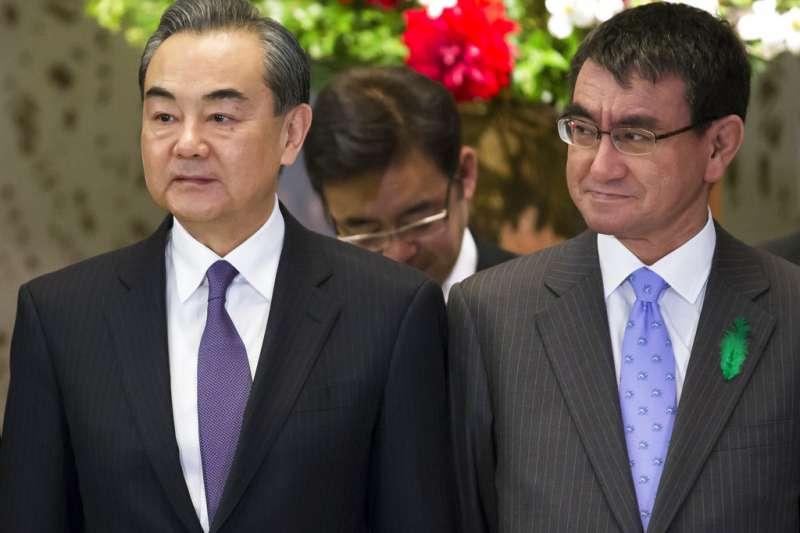 中國外交部長王毅與日本外務大臣河野太郎。(美聯社)