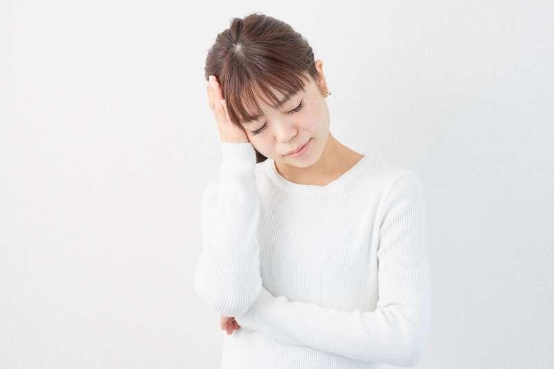 你也有過頭痛的經驗嗎?一次告訴你常見的頭痛原因、如何自我緩解、何時應該就醫?讓頭痛來襲時不再擔心!(示意圖/photoAC)
