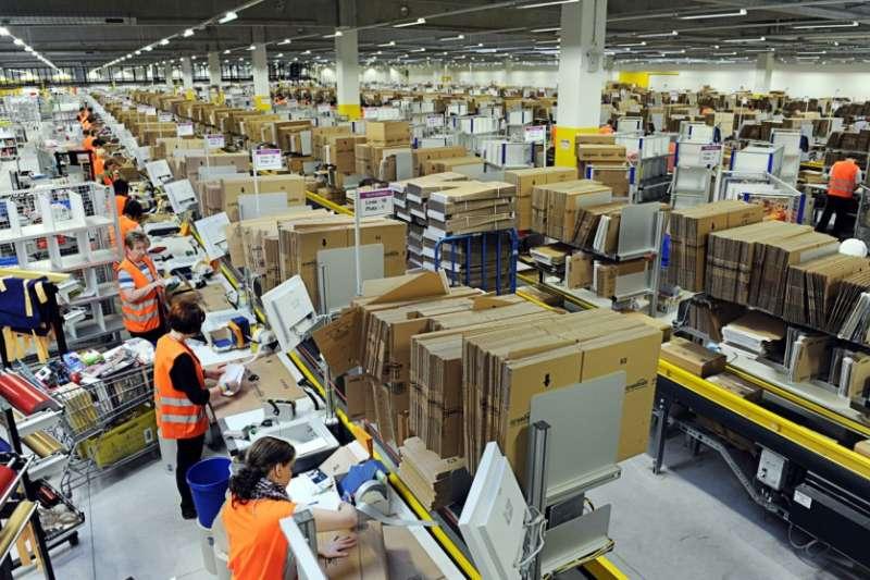 亞馬遜擁有高效物流、超高營收,但這光鮮成就,竟是靠壓榨勞工完成…(圖/取自Flickr,Scott Lewis CC BY 2.0)