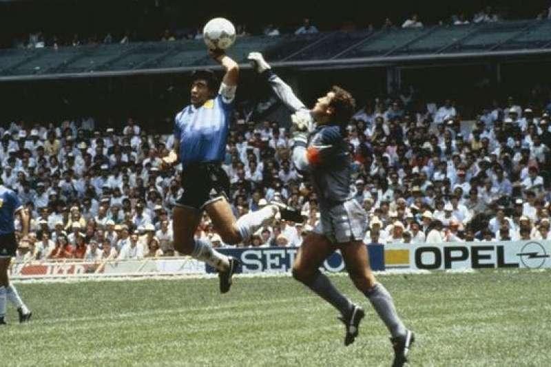 1986年世界盃四分之一決賽,「上帝之手」瞬間。(資料照,取自網路)