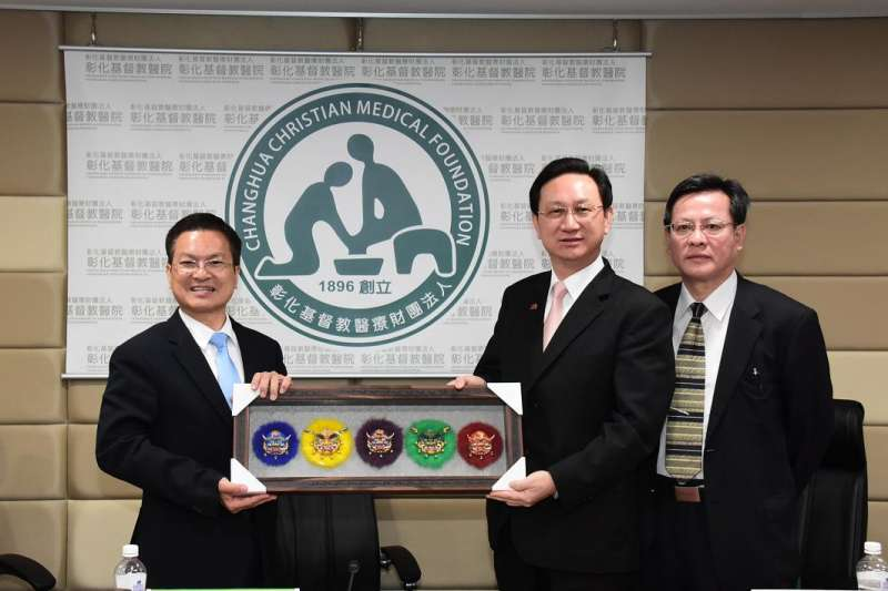 彰化縣長魏明谷(左)表示透過台泰雙方合作,將台灣高端醫療與智慧醫療科技推廣至泰國。(圖/彰化縣政府提供)