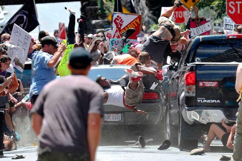 2018年普立茲獎揭曉,《每日進步報》(The Daily Progress)以維吉尼亞州沙洛斯維(Charlottesville)車輛衝撞示威群眾攻擊事件拿下「突發新聞攝影獎」(AP)