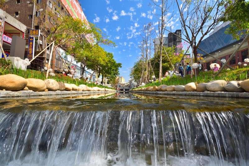 過去治水運用大量水泥工程,即便「水與環境」的目的是要親水、護水,與防洪半點也不相干,還是可以在許多案子中看見相似的工程規劃:筆直、整潔、乾淨與人工造景,最知名的案例莫過於柳川和綠川。圖為整治後的台中綠川。(資料照,取自水利大臺中臉書)
