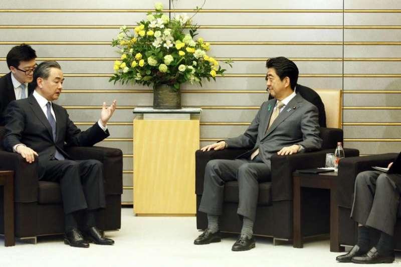 中國外交部長王毅與日本首相安倍晉三4月16日在東京會晤。(德國之聲)