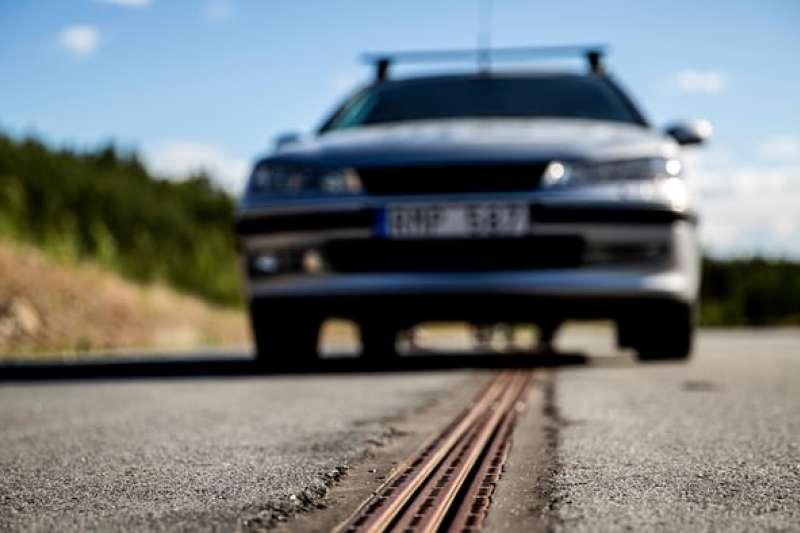 瑞典開通「世界首座電力公路」,車子只要稍加改造,就能邊開邊充電,大減碳排量!(圖/截自Youtube)