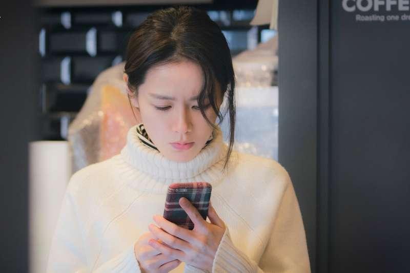 看另一半的手機「抓猴」到底會不會觸法呢?(示意圖/JTBC Drama@facebook)