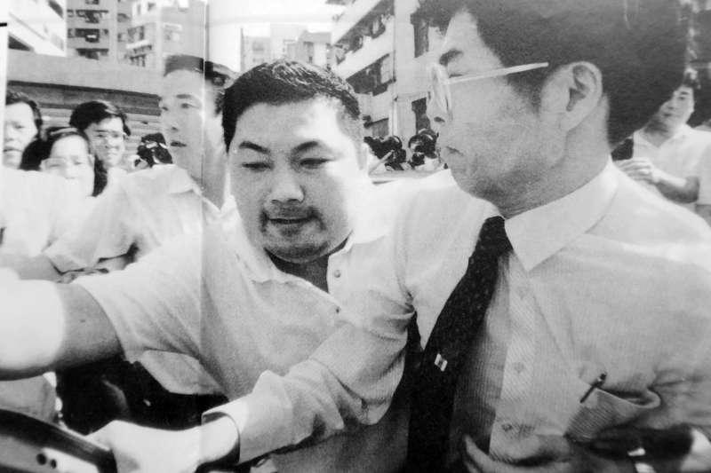 1989年8月27日,侯友宜率領霹靂小組與便衣幹員,在盧修一車子裡灌催淚瓦斯、噴辣椒水,強拉出台獨聯盟中央委員蔡正隆(戴眼鏡者)到桃園國際機場驅離出境。(邱萬興提供)