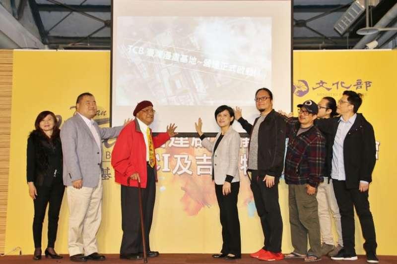 文化部長鄭麗君(右五)16日宣布臺灣「漫畫基地」營運正式啟動,漫畫大師劉興欽(左三)及眾多漫畫家到場見證。(取自文化部網站)