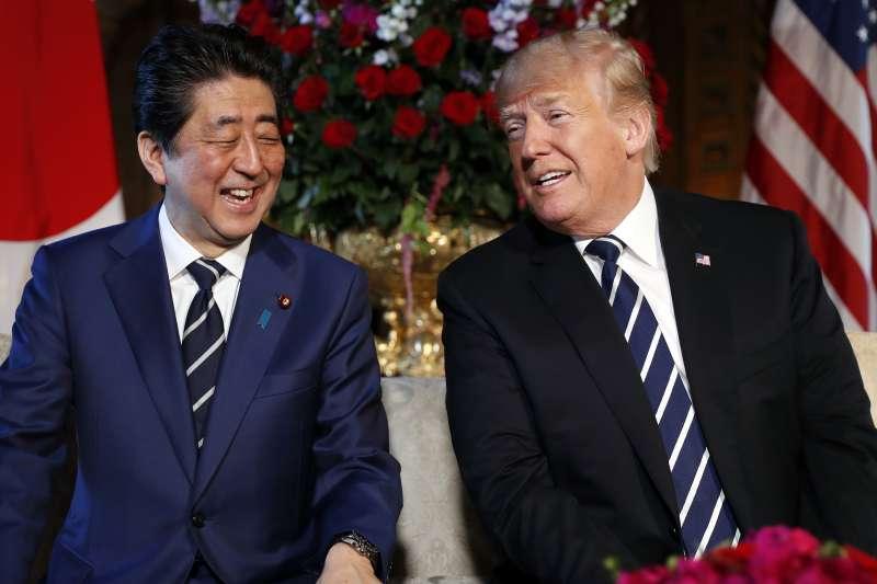 2018年4月17日,美國總統川普在佛羅里達州海湖莊園迎接到訪的日本首相安倍晉三(AP)
