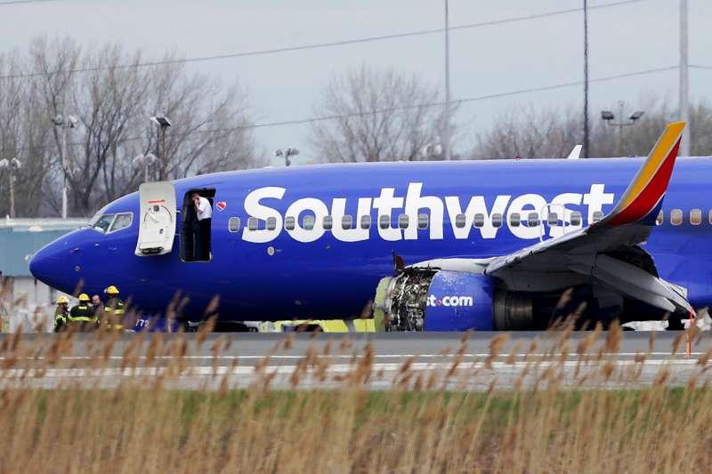 美國西南航空(Southwest Airlines)一架從紐約飛往達拉斯的波音737客機,17日因發動機爆炸受損,緊急降落費城國際機場。(AP)