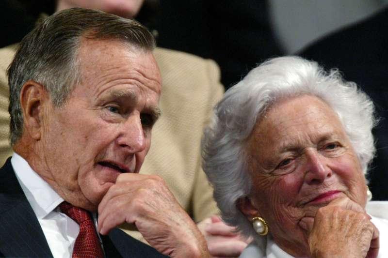 美國前總統老布希與前第一夫人芭芭拉.布希(AP)