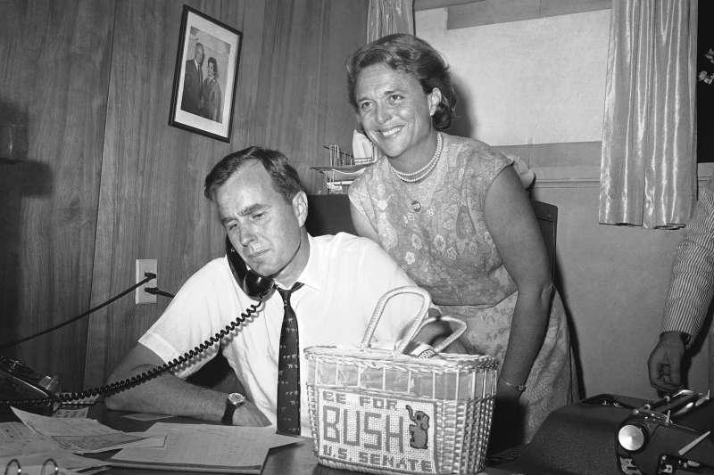 美國前總統老布希與前第一夫人芭芭拉.布希,攝於1964年(AP)