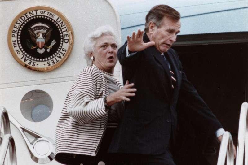 美國前總統老布希與前第一夫人芭芭拉.布希,攝於1989年,布希在登機時踩到芭芭拉的腳趾(AP)