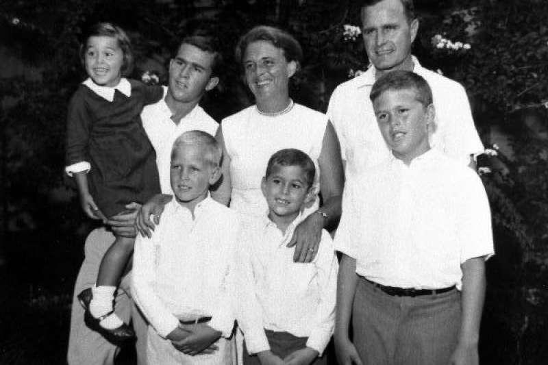 老布希、芭芭拉與他們的五位子女。(維基百科/公用領域)