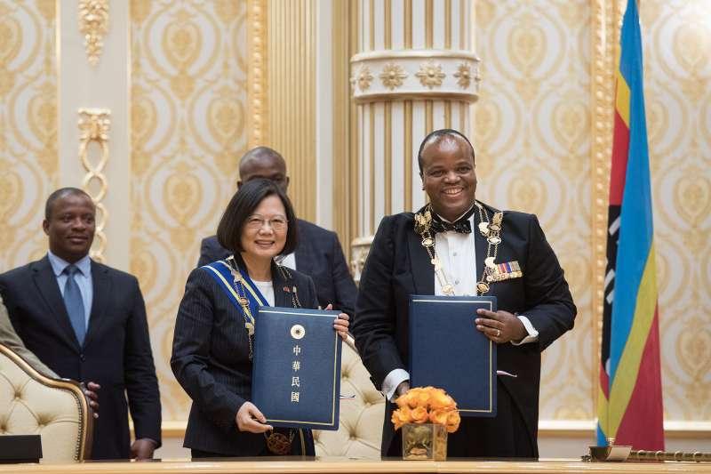 總統蔡英文出訪非洲友邦史瓦濟蘭,與恩史瓦帝三世簽署的聯合公報。(總統府提供)