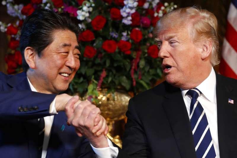 日本首相安倍晉三4月17日訪問美國,與美國總統川普握手。(AP)