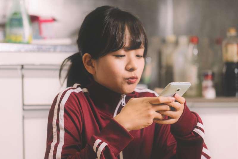 孩子常玩手機、不愛上課讀書,但比起怪罪手機,更大的原因或許是課程太無聊、或是孩子缺少父母陪伴。(圖/すしぱく@pakutaso)