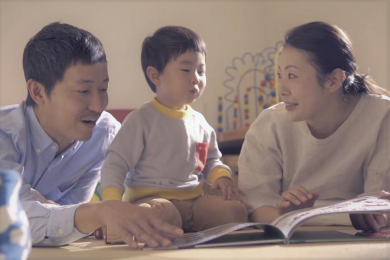 為何有些孩子喜歡重複行為、並要家長唸同一本故事書呢?(圖/取自youtube)