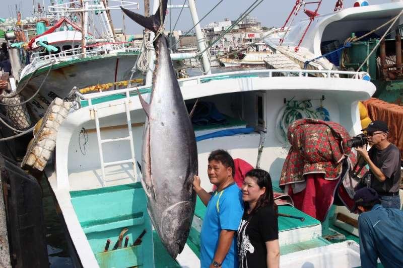 2018屏東黑鮪魚文化觀光季第一鮪,由東港籍漁船「魚來滿6號」獲得頭采。(屏東縣政府提供)