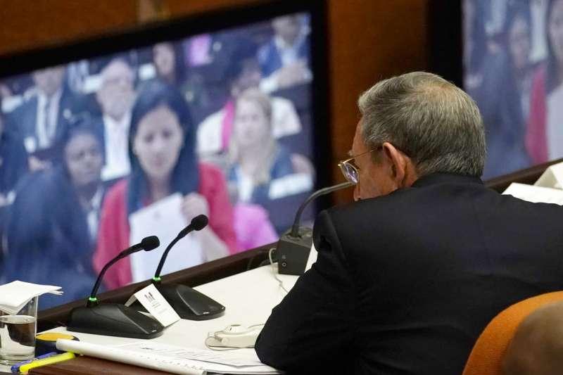 勞爾・卡斯楚透過螢幕觀看古巴全國人民權力大會的進行。(美聯社)