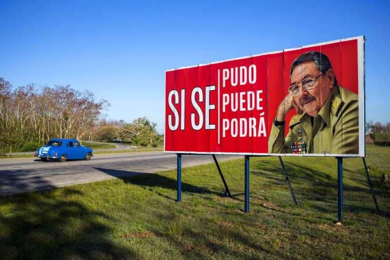 哈瓦那郊區的一塊宣傳看板,上頭有勞爾・卡斯楚的肖像,以及西班牙文寫的「過去如此、現在如此、未來也將會是如此」。(美聯社)