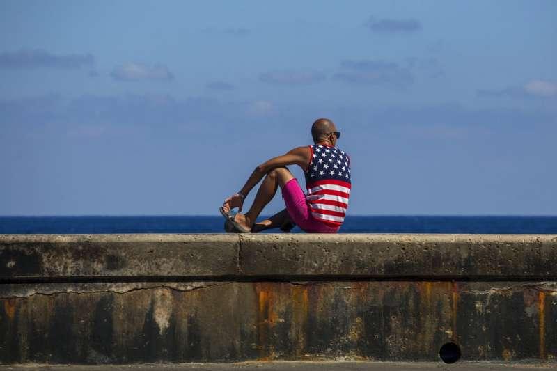 穿著美國國旗上衣的古巴青年。(美聯社)